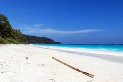 Der Strand auf dem südlichen Meer Lizenzfreie Stockbilder