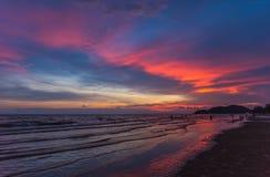 der Strand auf Sonnenuntergangzeit Lizenzfreies Stockfoto
