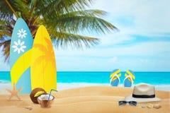 Der Strand in der heißen Sommerzeit Im Hintergrund ist sufr Brett und Pantoffel Lizenzfreie Stockbilder
