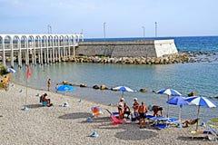 Der Strand der künstlichen Halbinsel von Pirgo Stockfotografie