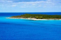 Der Strand in Halbmond Cay in den Bahamas stockfotos