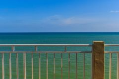 Der Strand hat weißen Zaun Lizenzfreies Stockfoto