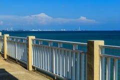Der Strand hat weißen Zaun Lizenzfreie Stockbilder