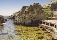 Der Strand der Kinder, ausgerüstet zwischen großen Steinen auf dem Schwarzen Meer lizenzfreie stockfotografie