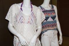Der Strand-Kleidung der zufälligen Frauen auf Mannequins Lizenzfreie Stockfotos