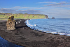 Der Strand mit schwarzem vulkanischem Sand Lizenzfreies Stockfoto