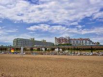 Der Strand mit türkischen Hotels in Antalya Stockbilder