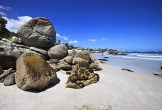 Der Strand mit vielen Fluss-Steinen Stockfotografie