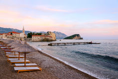 Der Strand nahe alter Stadt bei Sonnenuntergang, Budva, Montenegro Stockfotos