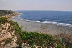 Der Strand an Okinawa-Friedens-Memborial-Park, Okinawa lizenzfreie stockfotos