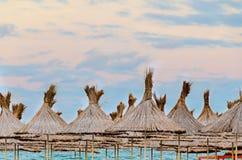 Der Strand Schwarzen Meers, Terrasse mit Regenschirmen, Sand, Wasser und blauer Himmel Lizenzfreie Stockfotos