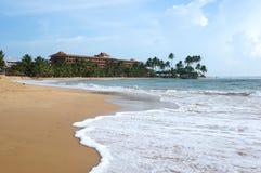 Der Strand und das unbekannte Hotel in Sri Lanka Stockfotos