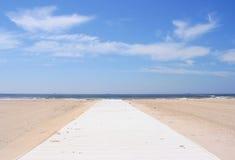Der Strand und der blaue Himmel Stockfotografie
