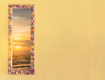 der Strand und die Creme tonen die Wand, die mit Muscheln verziert wird Stockfoto