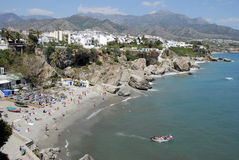 Der Strand von Nerja in Spanien. Stockbild