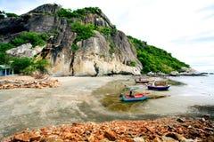 Der Strand von südlichem von Thailand mit Fischerboot Stockbilder