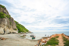 Der Strand von südlichem von Thailand mit Fischerboot Lizenzfreie Stockfotos
