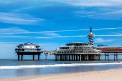 Der Strand von Scheveningen den alten Pier übersehend stockfotografie