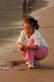 Der Strand, zum im chinesischen Mädchen zu spielen stockfoto