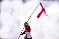 Der strenge schauende Ritter Holding eine Regimentsflagge Lizenzfreie Stockfotos