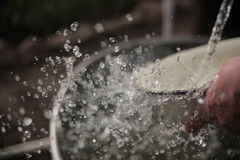 Der Strom des Wassers in der Zeitlupe Stockbilder