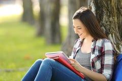 Der Student, der Lesung studiert, merkt draußen Stockbild