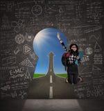 Der Student springend an der Erfolgstür Lizenzfreie Stockfotos