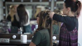 Der Student vor Staffelungsabend kam zu einem populären Schönheitssalon, eine stilvolle Frisur und ein Make-up zu machen In a stock video footage