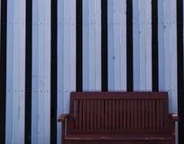 Der Stuhl in der Weinleseart mit blauem hölzernem Lizenzfreie Stockbilder