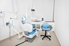 Der Stuhl des modernen Zahnarztes in einem zahnmedizinischen Büro Lizenzfreies Stockfoto