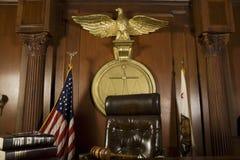 Der Stuhl des Richters im Gerichtssaal Stockbilder