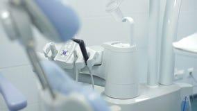 Der Stuhl des Zahnarztes, die Instrumente des Doktorzahnarztes stock video