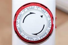 24 der Stunde Netzstecker 7 Tage in der Woche im europäischen Sockel der Zeitschaltuhr für Energie und Geldeinsparung stockfotos