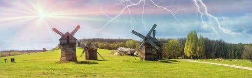 Der Sturm über Windmühlen Stockfotos