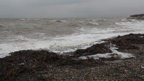 Der Sturm auf dem Meer von Asow stock footage