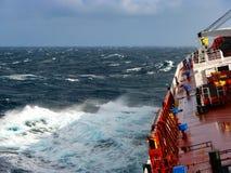 Der Sturm im Ozean, im sonnigen Wetter Stockfotografie