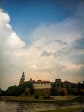 Der Sturmhimmel über der Festung stockfoto