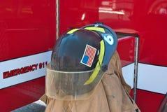 Der Sturzhelm des Feuerwehrmanns auf Mantel Lizenzfreies Stockbild