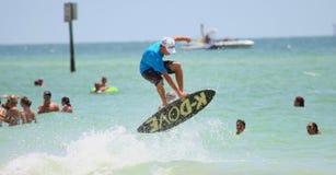 Der Surfer springend auf sailboard stockfotos