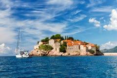 Der Sveti Stefan, kleine kleine Insel und Hotel nehmen in Montenegro Zuflucht Lizenzfreie Stockfotos