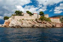 Der Sveti Stefan, kleine kleine Insel und Hotel nehmen in Montenegro Zuflucht Stockfotos