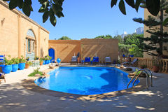 Der Swimmingpool im marokkanischen Hotel. Lizenzfreies Stockbild