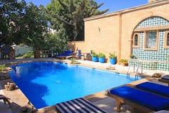 Der Swimmingpool im marokkanischen Landhaus. Stockbild
