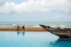 Der Swimmingpool und das alte traditionelle Boot als Dekoration Stockfoto