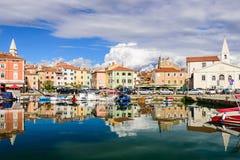 Der szenische Hafen mit Booten in Izola Stockfoto