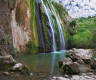 Der szenische Wasserfall in den Bergen Lizenzfreie Stockfotografie
