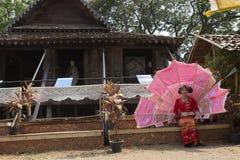 Der Tänzer, der wartet, führen traditionellen thailändischen Tanz durch Stockfotografie