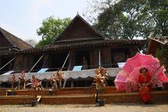 Der Tänzer, der wartet, führen traditionellen thailändischen Tanz durch Lizenzfreie Stockfotos