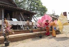 Der Tänzer, der wartet, führen traditionellen thailändischen Tanz durch Stockbild