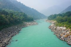 Der Türkis-Fluss der Ganges in Rishikesh, Indien stockbild